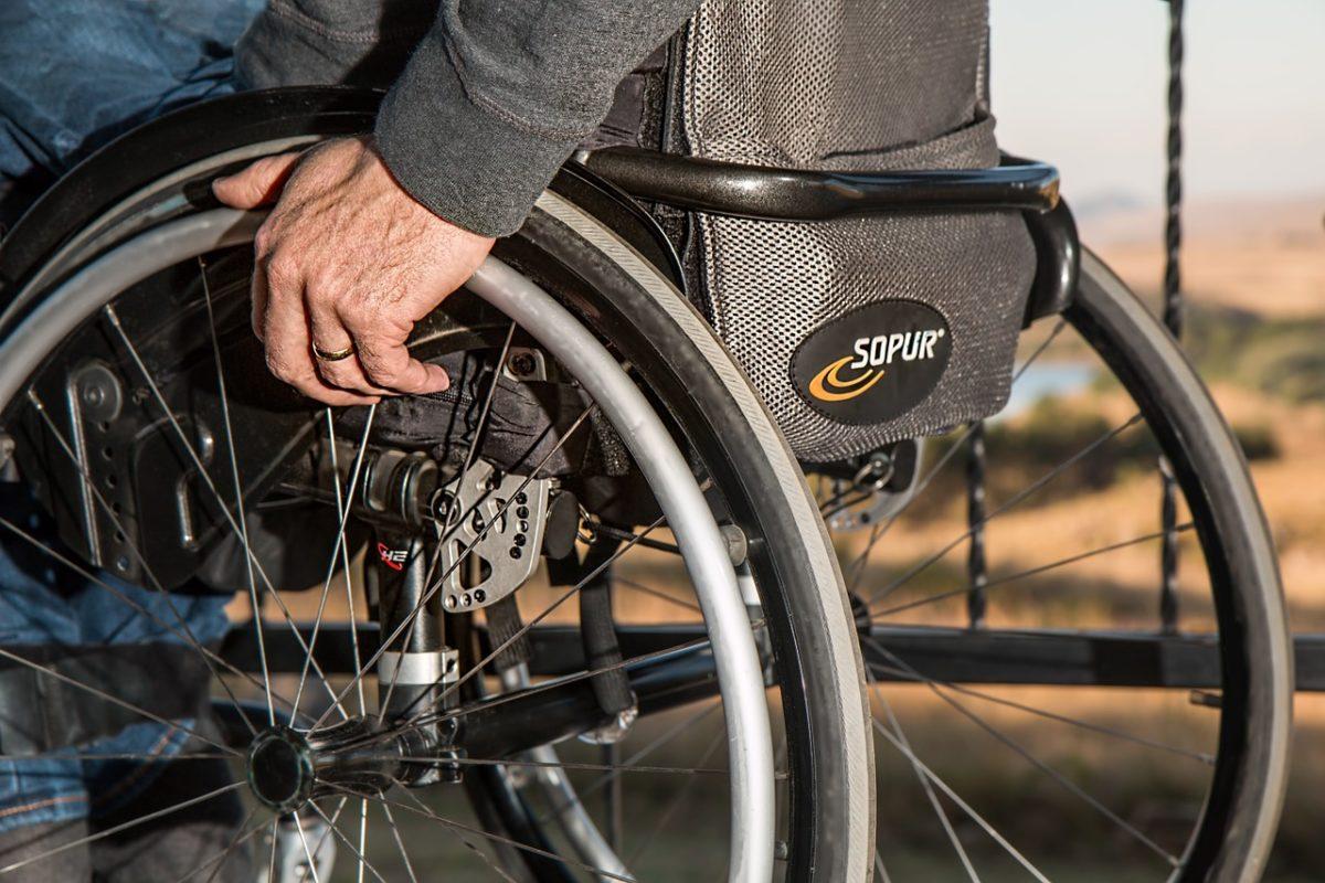 介護保険サービスを利用する高齢者(車椅子)