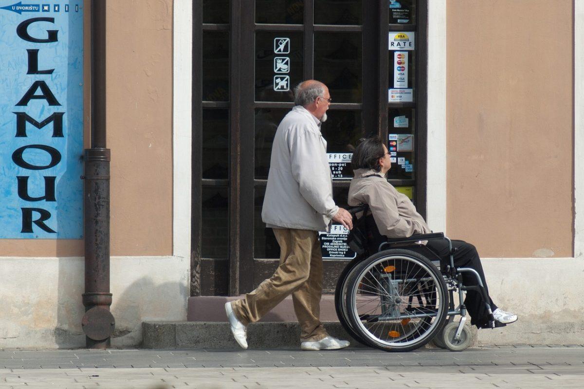 要介護認定審査を受ける高齢者
