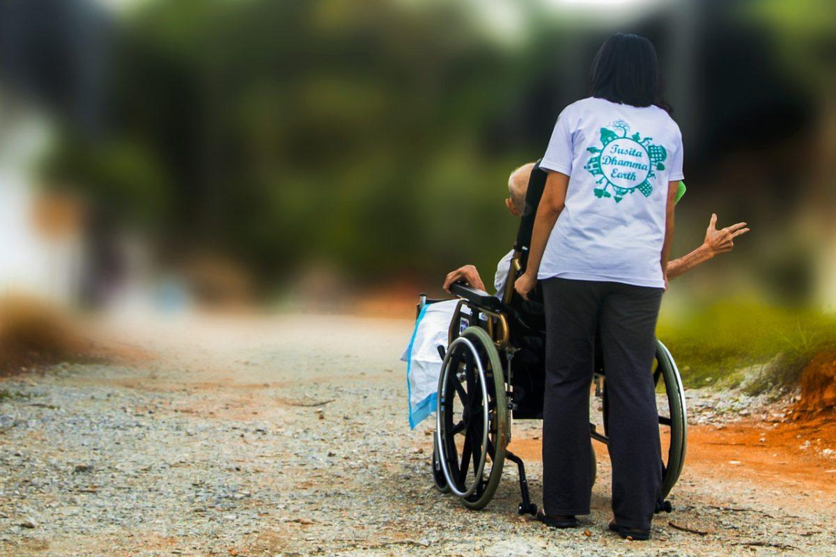 認知症の親を乗せた車椅子