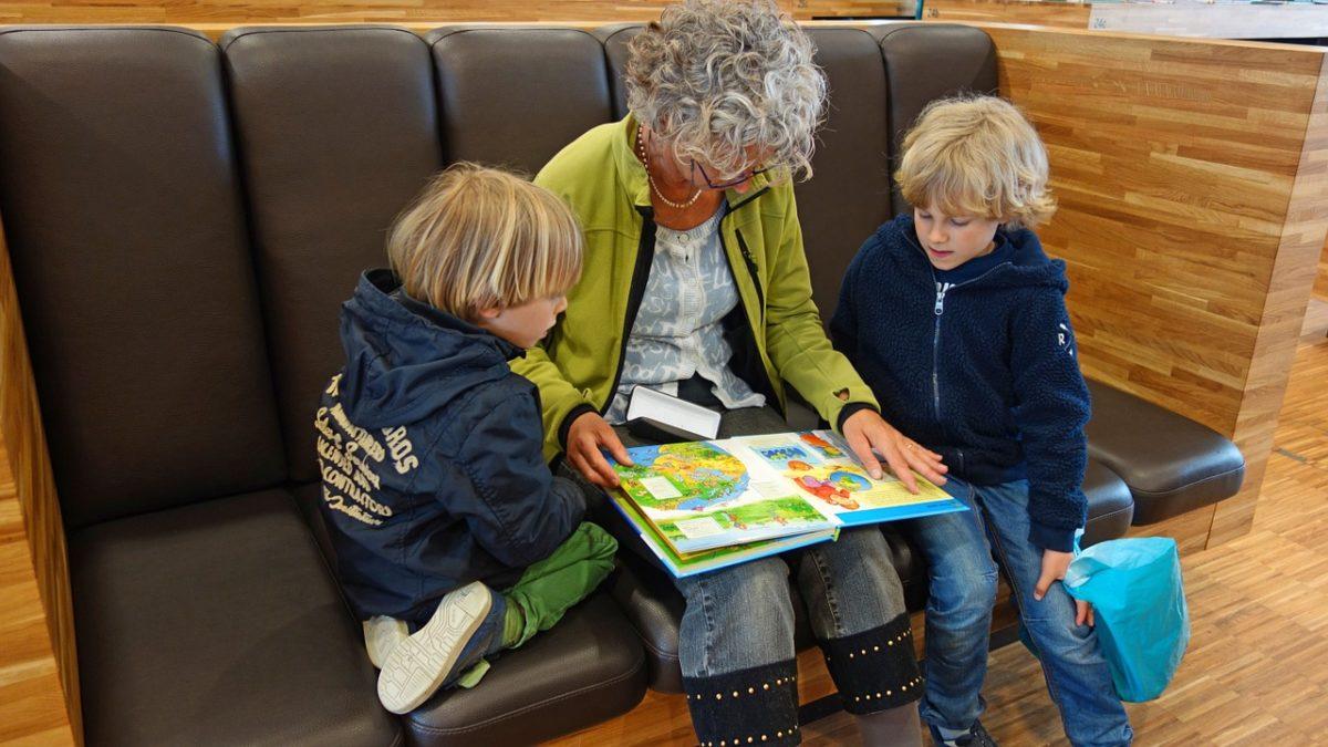 孫と一緒に本を読む祖母
