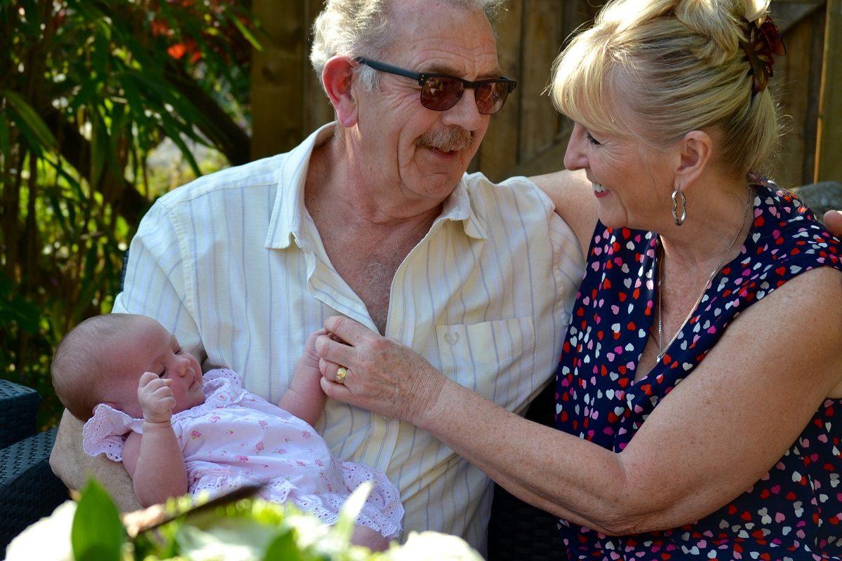 嬉しそうに孫を抱く祖父母