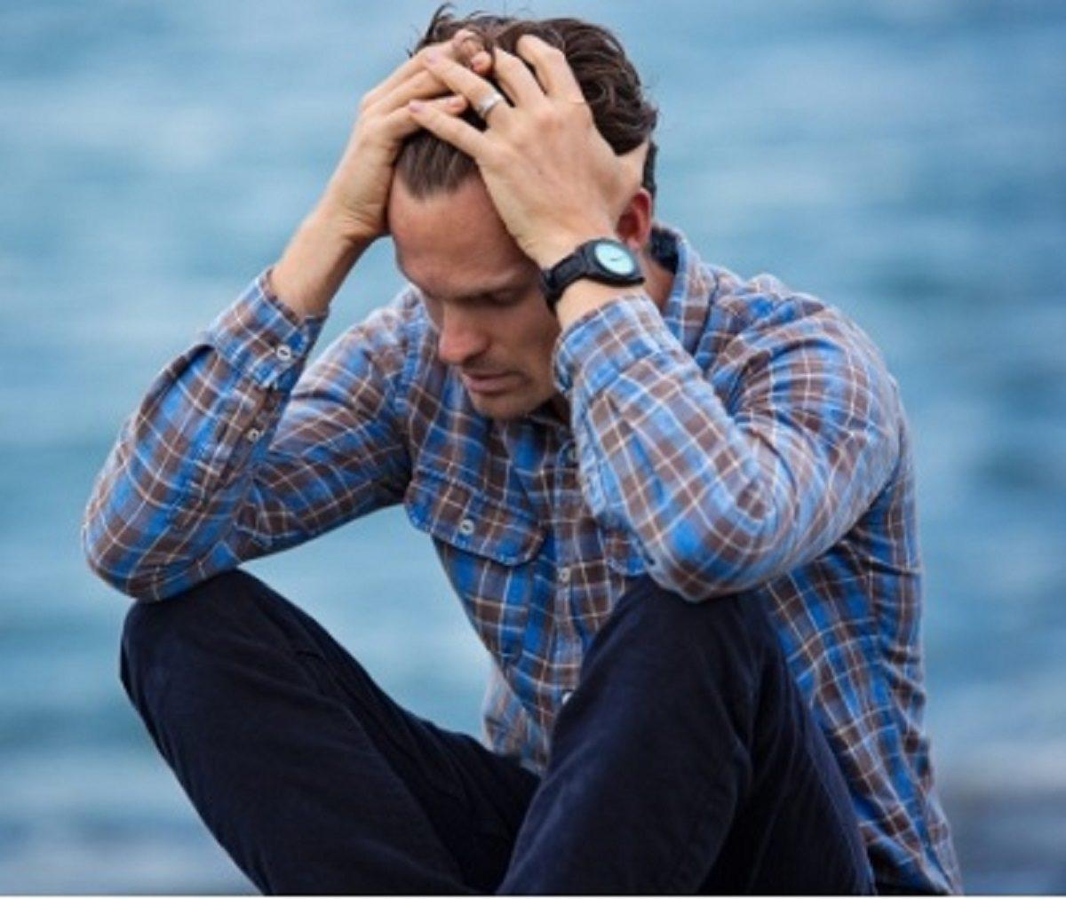 親の介護に悩む男性