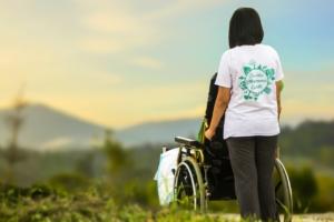 訪問介護で買い物へ向かう利用者と介護士