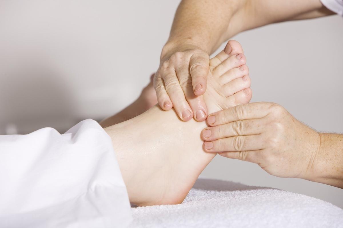 足のむくみ解消マッサージを施術中