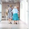 尿失禁のため病院でトイレに急ぐ高齢者
