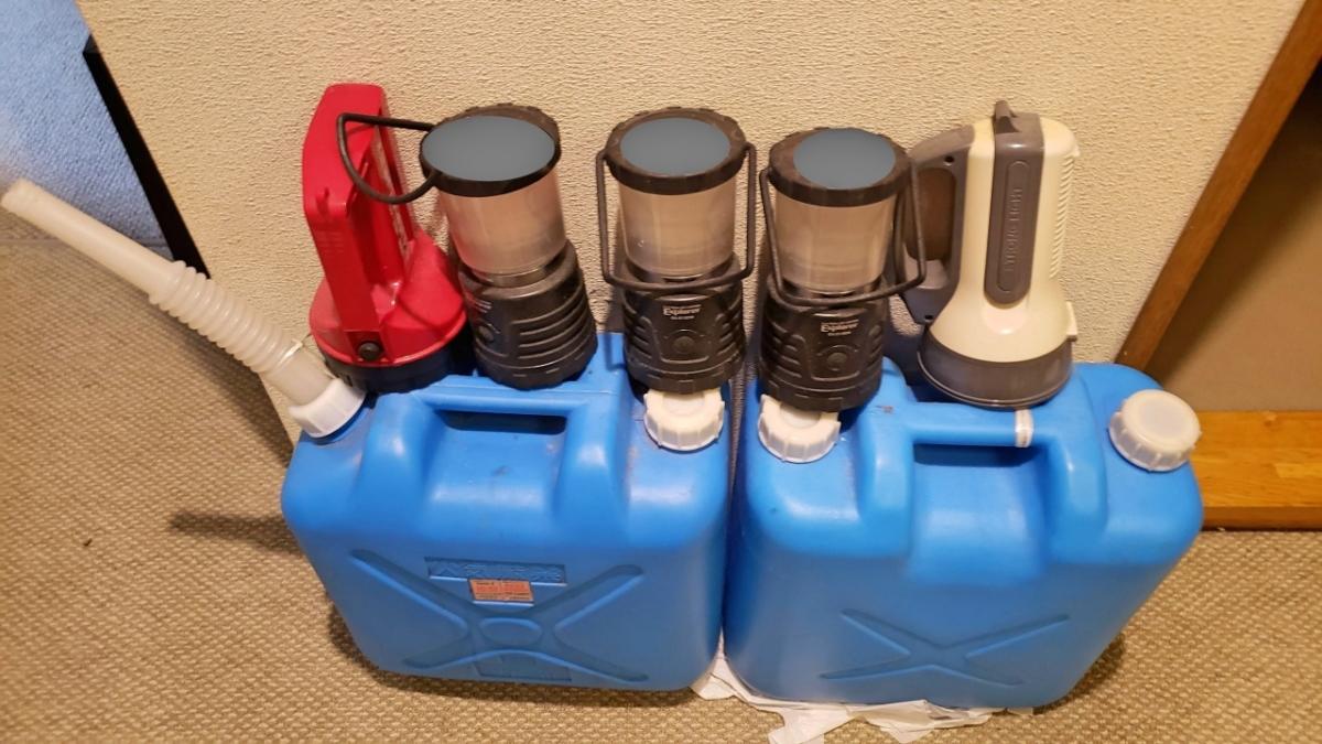 非常用水入りポリタンクと懐中電灯とランタン